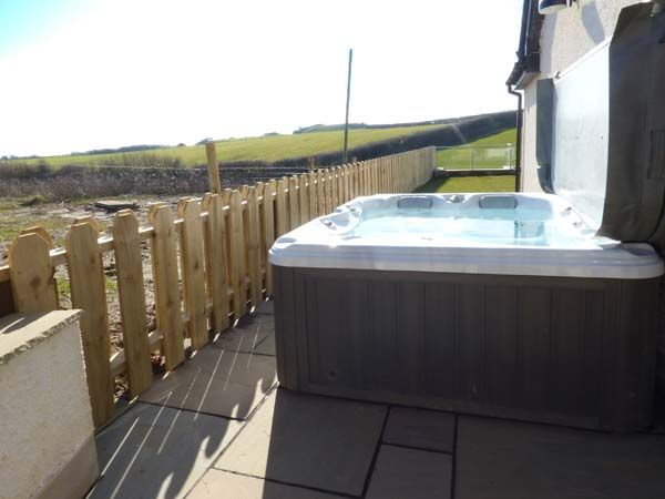 Daisy Cottage Exterior Rear Hot Tub